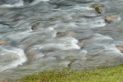 Agua sedosa en las rocas Fotografía de archivo libre de regalías