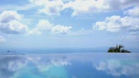 Agua sin fin de la piscina contra el cielo azul en lujo almacen de video