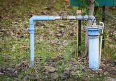Agua subterr?nea bien con agua sumergible bien profunda el?ctrica del tubo del pvc y de la bomba del sistema imágenes de archivo libres de regalías