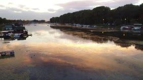 Agua, suciedad en la puesta del sol almacen de video