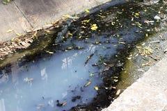 Agua tóxica que corre de alcantarillas en la alcantarilla subterráneo sucia para la limpieza de dragado del túnel del dren Fotografía de archivo libre de regalías
