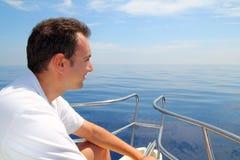 Agua tranquila azul del océano del barco de navegación del hombre del marinero Fotografía de archivo libre de regalías