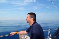 Agua tranquila azul del océano del barco de navegación del hombre del marinero Imagenes de archivo