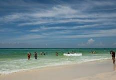 Agua tranquila en la playa azul de la montaña Fotos de archivo