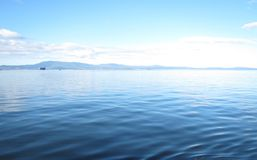 Agua tranquila y una montaña Imagen de archivo
