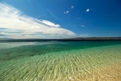 Agua transparente clara hermosa, azul en el mar adriático Foto de archivo