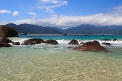 Agua transparente de la playa Aventueiro de la isla Ilha grande, el Brasil Imagenes de archivo