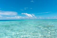 Agua transparente pura clara del océano en Maldivas Imagenes de archivo