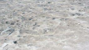 Agua transparente salada del mar muerto del lago de la sal salina de Salar metrajes