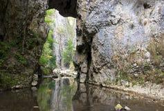 Agua a través del túnel de piedra Imagenes de archivo