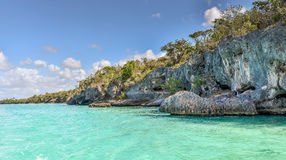 Agua tropical clara del océano alrededor de rocas Imagen de archivo libre de regalías