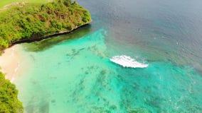 Agua tropical hermosa con las ondas, vídeo aéreo del océano de la playa y de la turquesa almacen de video
