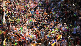 Agua turística del chapoteo con la diversión en festival del Año Nuevo tailandés y del agua Foto de archivo