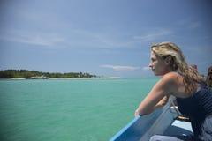 Agua verde hermosa, cielo azul, océano e isla Imagen de archivo libre de regalías