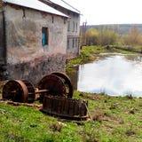 Agua vieja constructiva del molino Imagenes de archivo