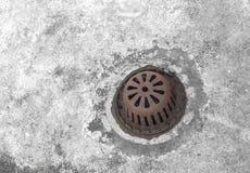 Agua vieja del dren de la rejilla de la alcantarilla Imagen de archivo libre de regalías
