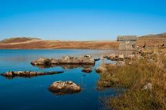 Agua y boathouse de Devoke foto de archivo libre de regalías