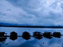 Agua y casa de la montaña fotos de archivo