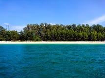 Agua y cielo de la isla de Koh Bulone en Satun Foto de archivo libre de regalías
