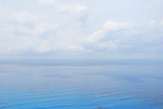 Agua y cielo del mar abierto del azul Imagenes de archivo