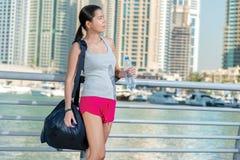 Agua y deporte Mujer atlética en la ropa de deportes que sostiene la botella de Imagen de archivo