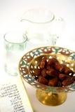 Agua y fechas de Koran de arriba foto de archivo