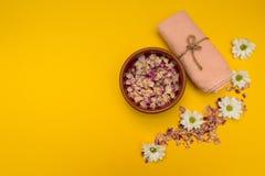 Agua y flores, toalla en un fondo rosado imagen de archivo
