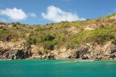 Agua y isla caribeña claras del torquoise Imagenes de archivo