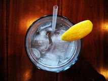 Agua y limón de hielo fotos de archivo