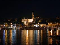 Agua y luz en la noche de Belgrado imagen de archivo libre de regalías