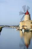 Agua y molino de viento Fotografía de archivo