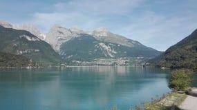 Agua y montañas fotos de archivo libres de regalías