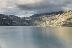 Agua y montañas Fotos de archivo