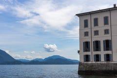 Agua y montañas de Maggoire del lago italy Fotografía de archivo