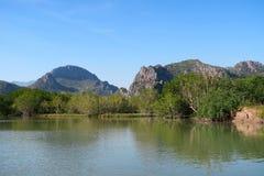 Agua y montañas, parque nacional del ROI Yot de Khao Sam del paisaje marino Fotos de archivo