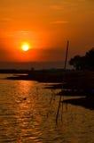 Agua y opinión hermosa de la puesta del sol en Tailandia Foto de archivo