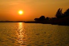 Agua y opinión hermosa de la puesta del sol en Tailandia Foto de archivo libre de regalías