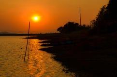 Agua y opinión hermosa de la puesta del sol en Tailandia Imagenes de archivo