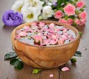 Agua y pétalos color de rosa Fotografía de archivo libre de regalías