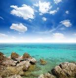 Agua y playa claras de la piedra Imagen de archivo