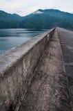 Agua y presa  Foto de archivo