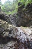Agua y rocas imagen de archivo
