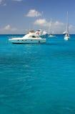 Agua, yates y barcos claros del torquoise Imagenes de archivo