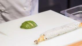 Aguacate asiático del corte del cocinero para los rollos de sushi metrajes