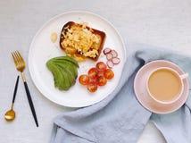aguacate del desayuno de la salud y tostada del huevo Foto de archivo libre de regalías