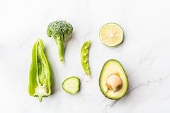 Aguacate fresco, cal, br?culi, guisantes verdes, pepino, pimienta verde Endecha plana Concepto del alimento Verduras verdes que m foto de archivo