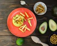 Aguacate Hummus con el mini grissini, aún vida Fotos de archivo
