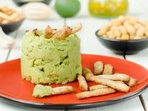 Aguacate Hummus con el mini grissini, aún vida Foto de archivo libre de regalías