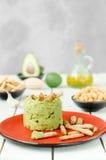 Aguacate Hummus con el mini grissini, aún vida Foto de archivo
