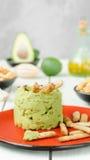 Aguacate Hummus con el mini grissini, aún vida Imagen de archivo